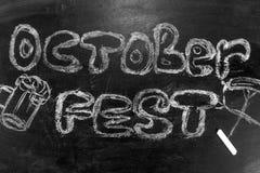 Oktoberfest is een inschrijving in krijt op een bord Stock Afbeeldingen