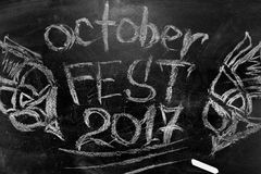 Oktoberfest is een inschrijving in krijt op een bord Stock Foto's