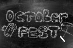 Oktoberfest is een inschrijving in krijt op een bord Stock Foto