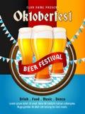 Oktoberfest-Fliegervektor München-Bierfestivalplakatdesign Gruppe der vollen Glasbierillustration mit Bayernflaggenmuster Lizenzfreie Stockfotos
