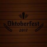 Oktoberfest 2017 Fondo di legno con il grano 2017 di tipografia di Oktoberfest ed il vetro di birra Fotografia Stock Libera da Diritti