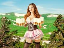 Oktoberfest-Frau, die sechs Bierkrüge hält Stockbild