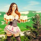 Oktoberfest-Frau, die sechs Bierkrüge hält Lizenzfreie Stockfotos