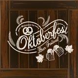 Oktoberfest hand het getrokken vector van letters voorzien en bierglas Moderne B Stock Afbeelding