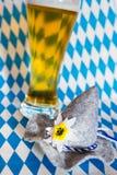 Oktoberfest hatt med öl Arkivbilder