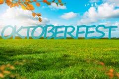 Oktoberfest-Hintergrund-Fahne Grüne Wiese Geben zum Blau Struktur in einer blauen Tonalität lizenzfreies stockfoto