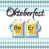Oktoberfest-Hintergrundschablone mit zwei Biergläsern und Wortbier gemacht von den chemischen Elementen Stockfotografie