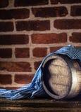 Oktoberfest houten vat en blauw tafelkleed op rustieke eiken lijst stock afbeeldingen