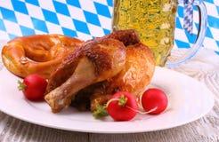 Oktoberfest-Huhn und Rettich, Brezel, Bier Stockbild