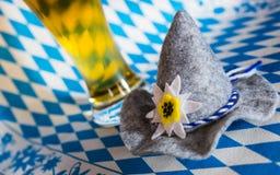 Oktoberfest-Hut mit Bier Stockbilder