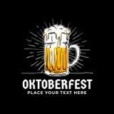 Oktoberfest, insigne tiré par la main de logo Le plein verre de style ancien de bière avec le soleil rayonne l'illustration de fo illustration de vecteur