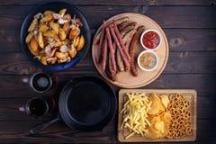 Oktoberfest jedzenie, apetyczne piwo przekąski ustawia, mieszkanie nieatutowy dwa kubki obrazy stock