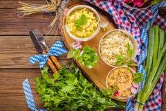 Oktoberfest karmowy menu, bavarian kiełbasy z preclami, puree ziemniaczane, sauerkraut, piwo zdjęcia royalty free