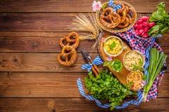 Oktoberfest karmowy menu, bavarian kiełbasy z preclami, puree ziemniaczane, sauerkraut, piwo obraz royalty free