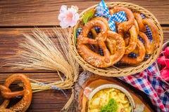 Oktoberfest karmowy menu, bavarian kiełbasy z preclami, puree ziemniaczane, sauerkraut, piwo obraz stock