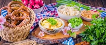 Oktoberfest karmowy menu, bavarian kiełbasy z preclami, puree ziemniaczane, sauerkraut, piwo obrazy stock