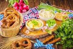 Oktoberfest karmowy menu, bavarian kiełbasy z preclami, puree ziemniaczane, sauerkraut, piwo obrazy royalty free