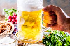 Oktoberfest karmowy menu, bavarian kiełbasy z preclami, puree ziemniaczane, sauerkraut, piwo fotografia royalty free
