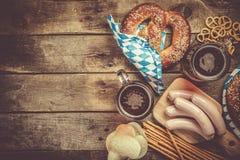 Oktoberfest-Konzept - traditionelles Lebensmittel und Bier auf rustikalem Hintergrund stockfoto
