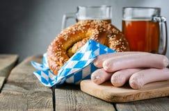 Oktoberfest-Konzept - traditionelles Lebensmittel und Bier auf rustikalem Hintergrund lizenzfreies stockbild
