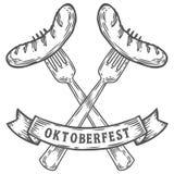 Oktoberfest korv på gaffel Lycklig mest oktoberfest svart inristad köttmattappning Royaltyfria Bilder
