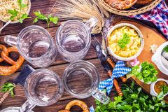 Oktoberfest-Lebensmittelmenü, bayerische Würste mit Brezeln, Kartoffelpüree, Sauerkraut, Bier stockbild