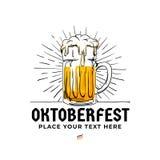Oktoberfest loga ręka rysująca odznaka Stary styl folował szkło piwo z słońce promieni tła ilustracją dla Monachium piwa festiwal ilustracji