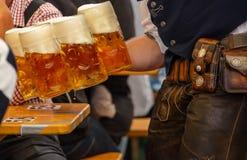 Oktoberfest, München, Duitsland Kelners dienende bieren, close-upmening stock fotografie