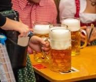 Oktoberfest, München, Duitsland Kelners dienende bieren, close-upmening royalty-vrije stock afbeelding