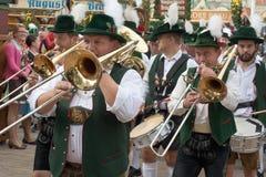 Oktoberfest marschmusikband med horn Royaltyfri Foto