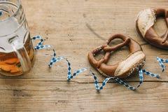 Oktoberfest: Masskrug de la cerveza, de pretzeles y de la flámula bávara Imágenes de archivo libres de regalías