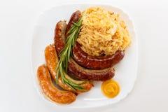 Oktoberfest-Menü, Platte von Würsten und Sauerkraut stockfotos