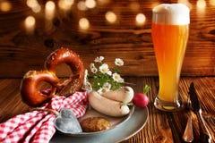 Oktoberfest met bier en witte worst stock afbeeldingen