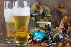 Oktoberfest mit Angelausrüstung und Glas ein Bier Lizenzfreie Stockfotos