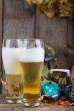 Oktoberfest mit Angelausrüstung und Glas ein Bier Stockfoto