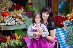 Oktoberfest mit Mutter stockfotografie
