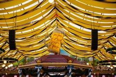 Oktoberfest, Monachium, Niemcy, żółty namiotu dachu tło obrazy royalty free