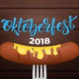 Oktoberfest 2018 Saucisse bavaroise avec de la moutarde sur la fourchette, le fond en bois et le lettrage 2018 à la mode d'Oktobe Photographie stock