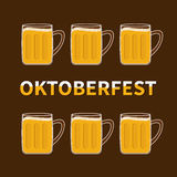 Oktoberfest sechs Bierglasbecher mit Schaumkappen-Schaumblase Flaches Design Lizenzfreies Stockfoto