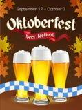 Oktoberfest uitstekende affiche met bier en de herfstbladeren op donkere achtergrond Octoberfestbanner Gotisch etiket Royalty-vrije Stock Foto