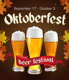 Oktoberfest uitstekende affiche met bier en de herfstbladeren op donkere achtergrond Octoberfestbanner Gotisch etiket Royalty-vrije Stock Foto's