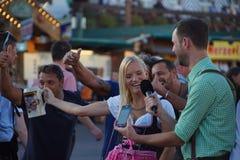 Oktoberfest/Wiesn, ragazza con la risata della birra Fotografia Stock Libera da Diritti
