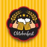 Oktoberfest z ręka chwyta Clink szkieł znakiem i Balley ryż w okrąg ramie na żółtego pionowo tła wektorowym projekcie Obraz Stock