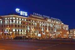 Oktyabrskaya旅馆在反对蓝色平衡的sk的圣彼德堡 库存照片