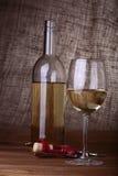 okularów butelek czerwonego wina Zdjęcie Royalty Free