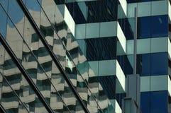 okulary odbicie budynku. Zdjęcia Royalty Free
