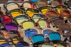 Okulary przeciwsłoneczni sprzedający przy miejscowego rynkiem fotografia royalty free