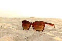 Okulary przeciwsłoneczne na plaży Obrazy Royalty Free