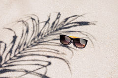 Okulary przeciwsłoneczne na plaży Zdjęcie Royalty Free