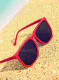 Okulary przeciwsłoneczne na plaży ilustracyjny lelui czerwieni stylu rocznik Zdjęcie Royalty Free